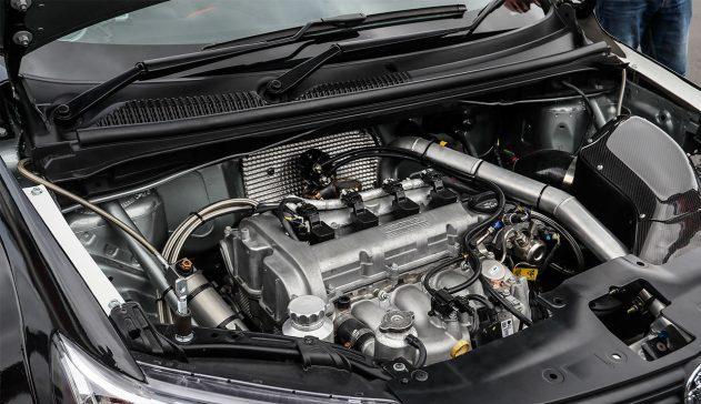 foto capô do carro aberto mostrando motor